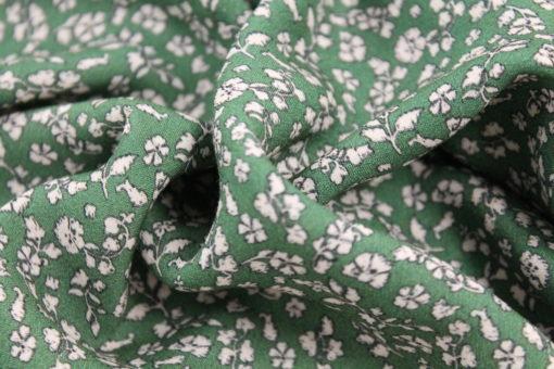 Viskosestoff Mia Blümchen auf Grün